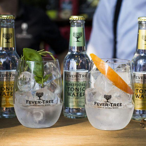 Close up van Fevertree flesjes en bijpassend glas