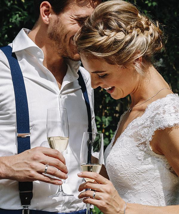 Bruid en bruidegom proosten met champagne